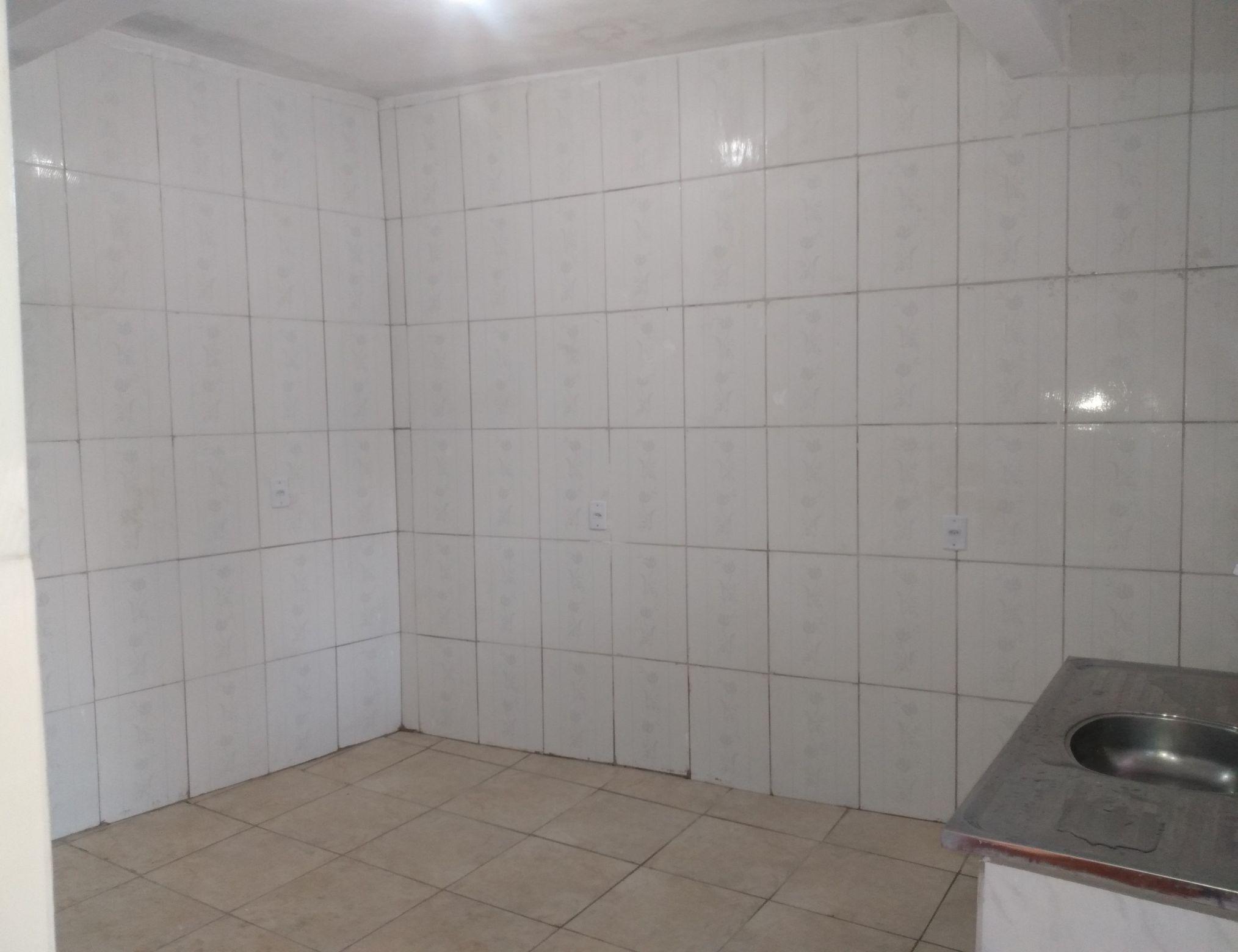Cozinha azulejada,tomadas e encanamento novo.