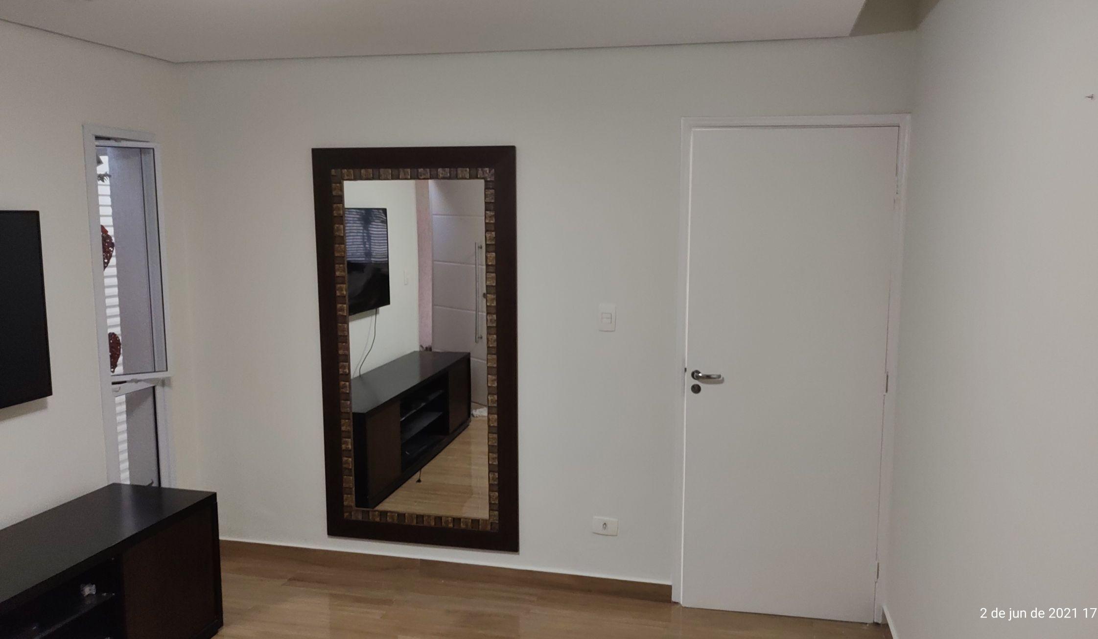 Pintura geral da sala e porta de madeira.