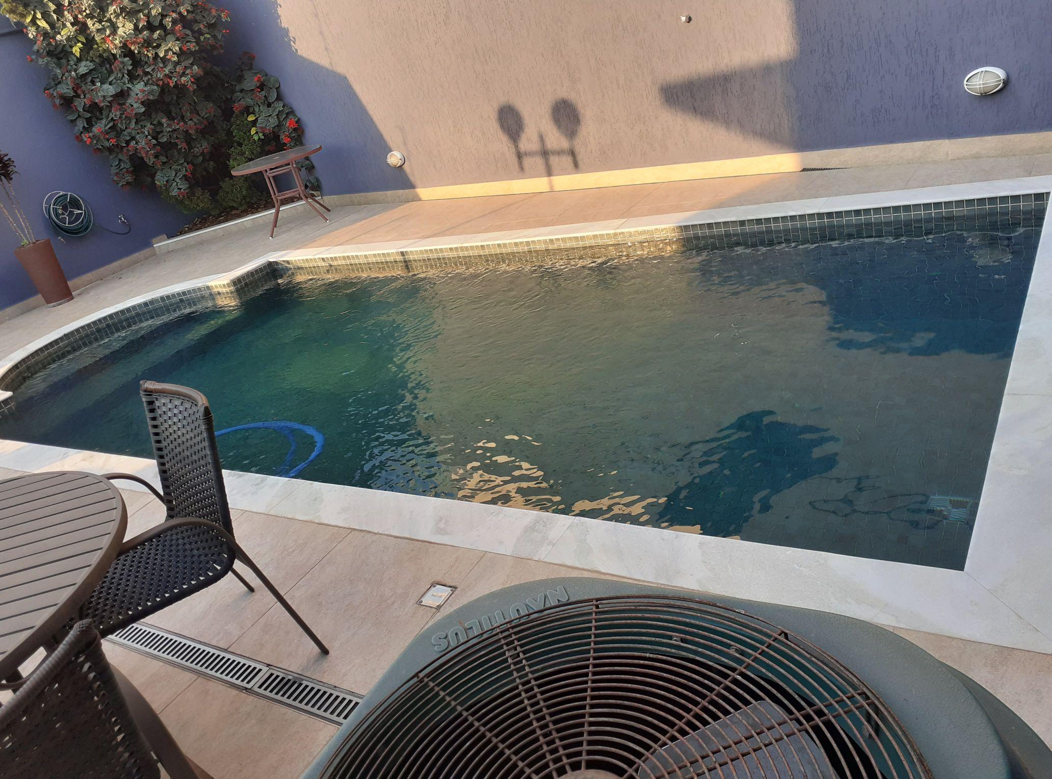 piscina com a água verde