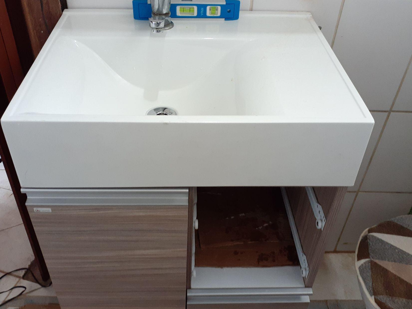 Instalação de gabinete de banheiro e Cuba.