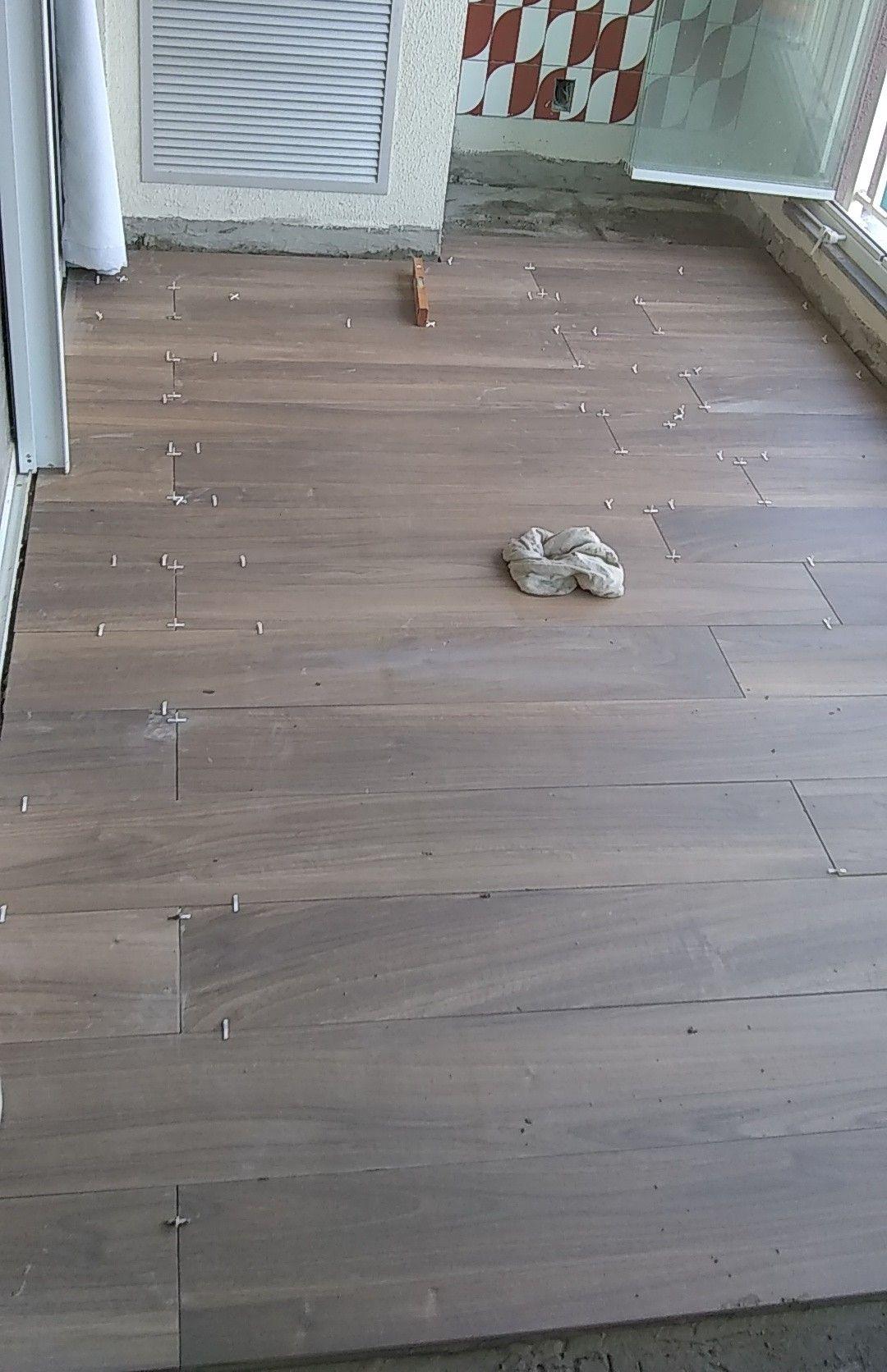 colocação de porcelanato madeirado