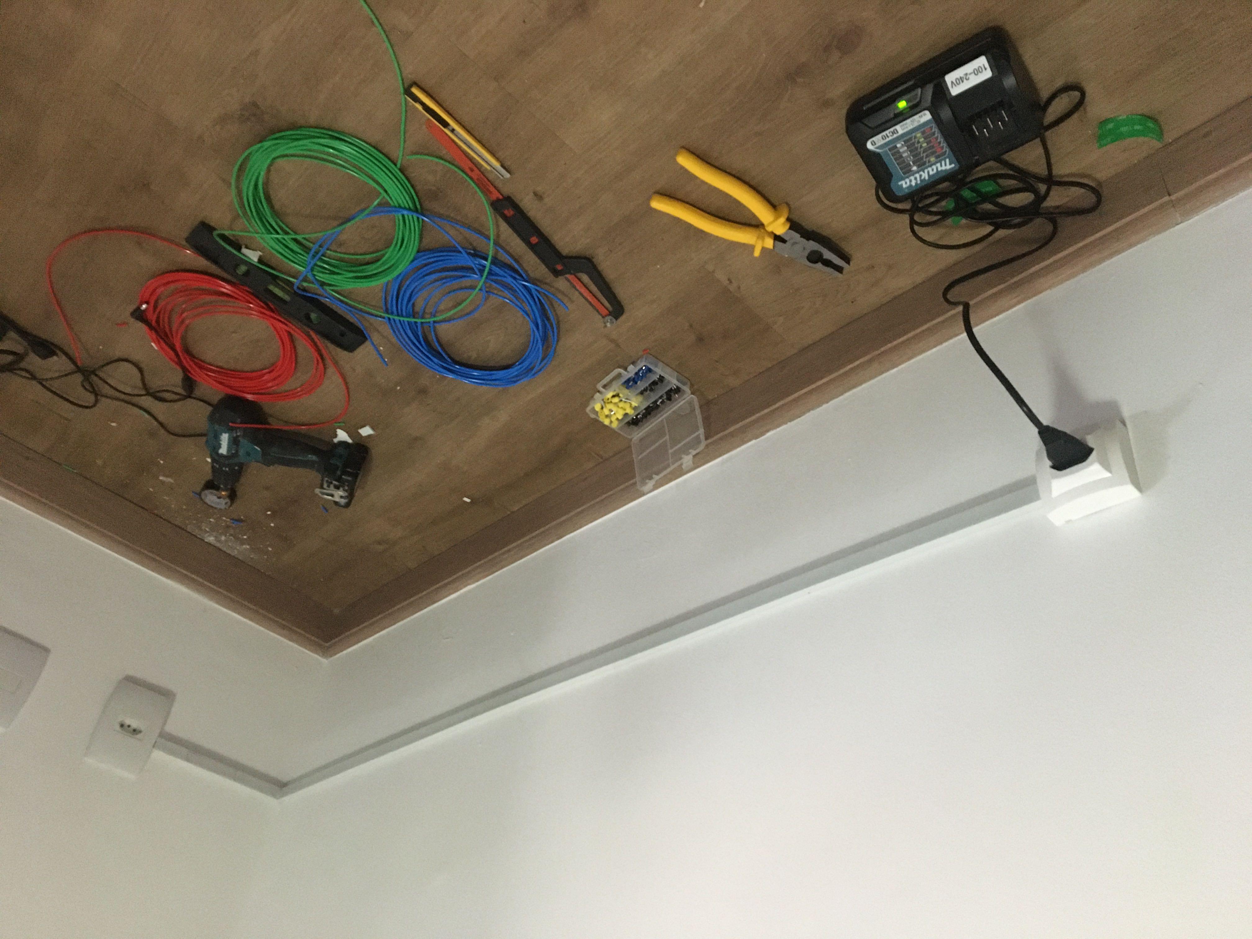 Instalação de canaletas acrescentando uma tomada