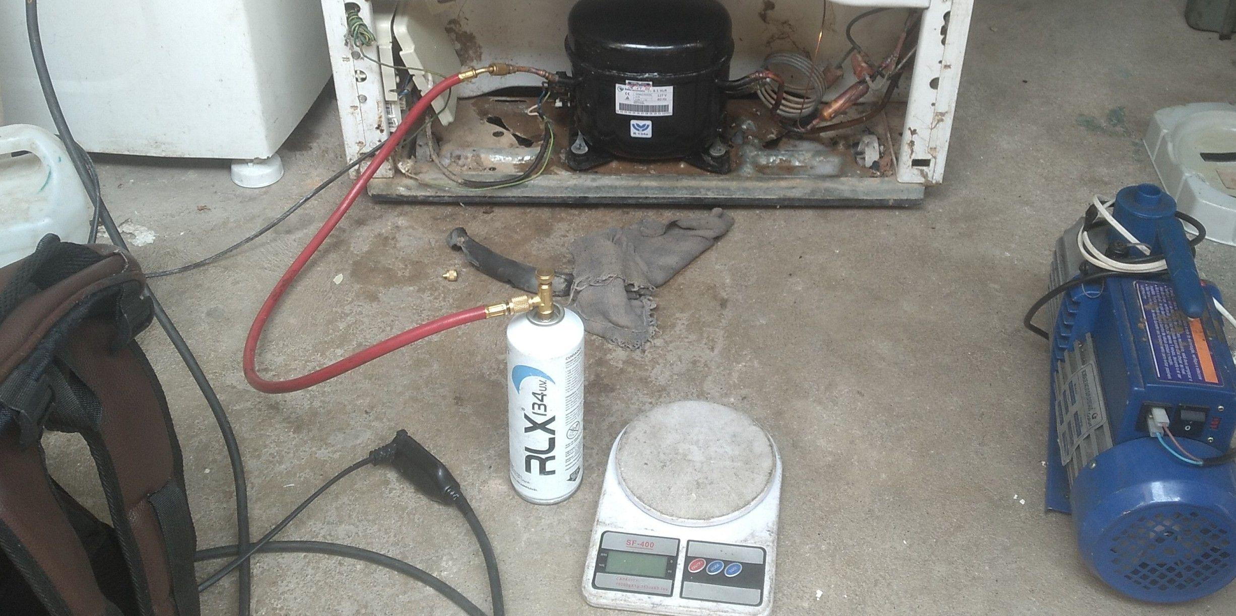 colocando gás em uma geladeira na casa de cliente