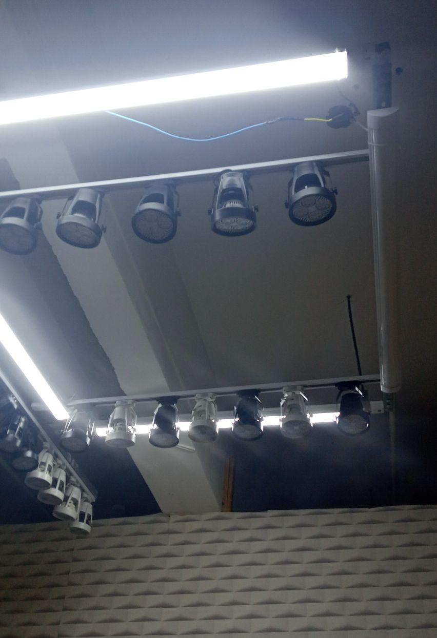 instalação de régua e lâmpadas tubular
