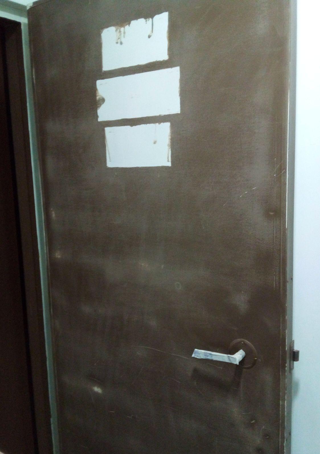 Preparação para pintura da porta corta fogo.