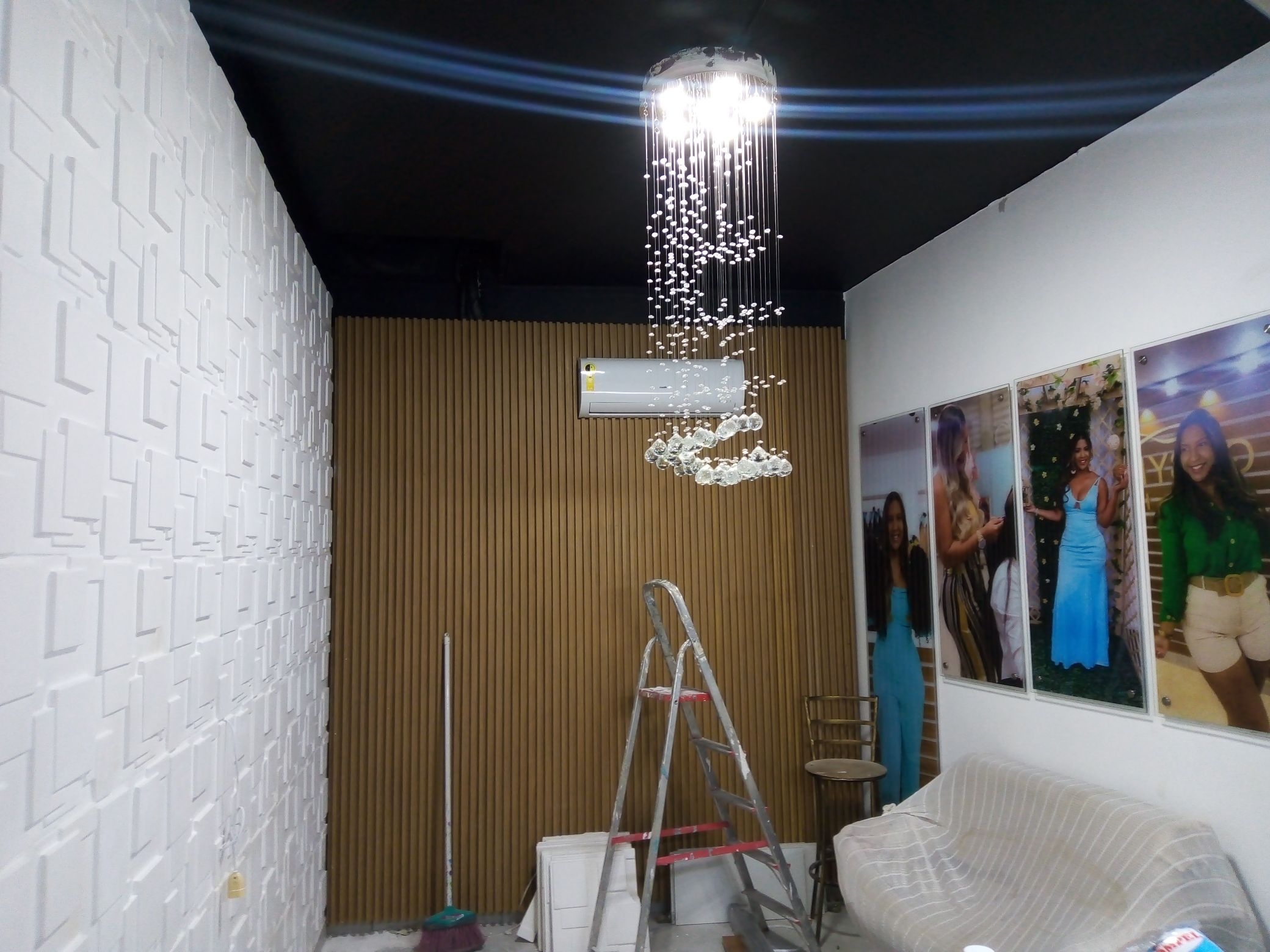 painel 3d de gesso e MDF com teto preto e lustre