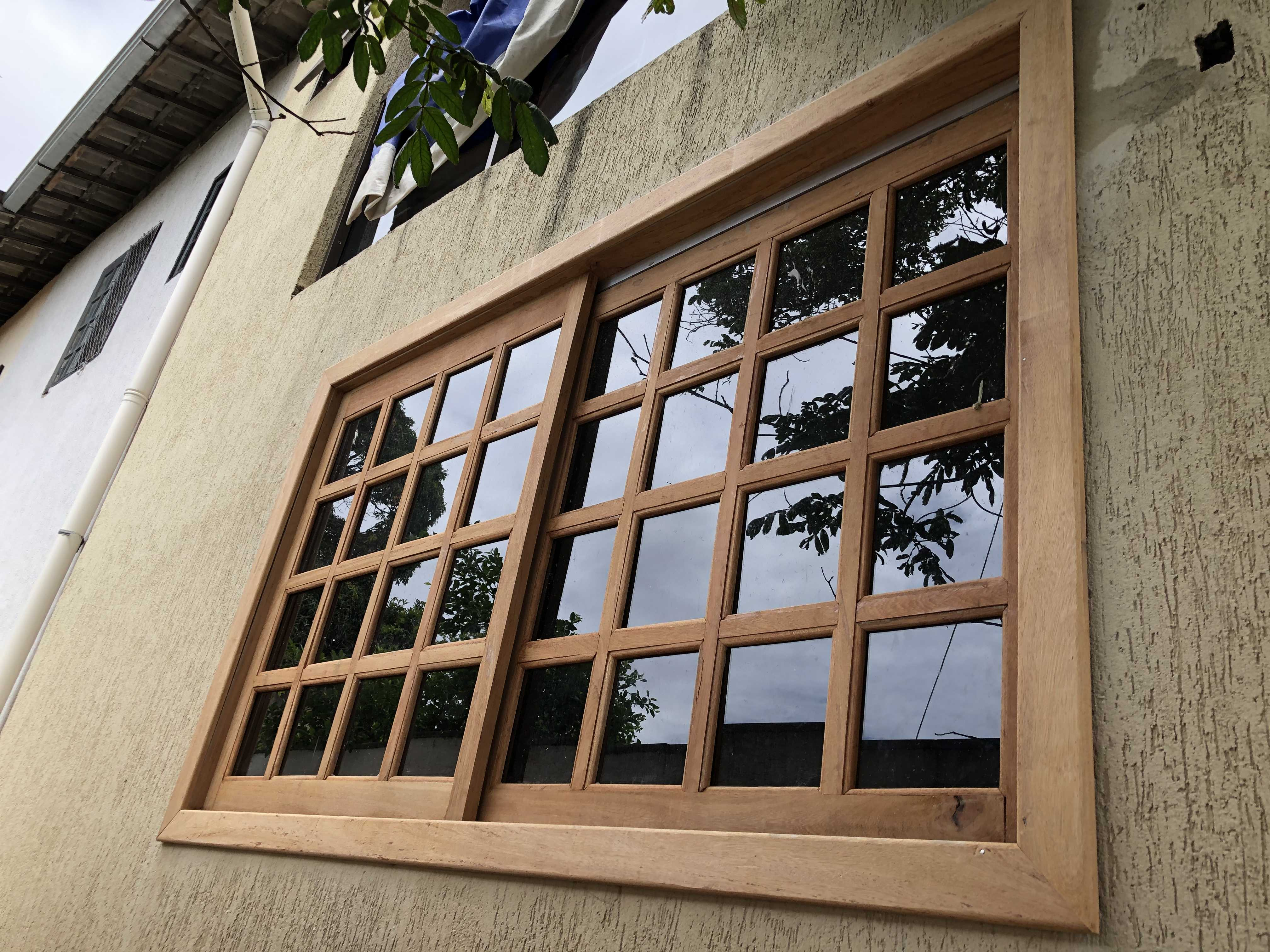 Janela de madeira com vidro fumê 4mm