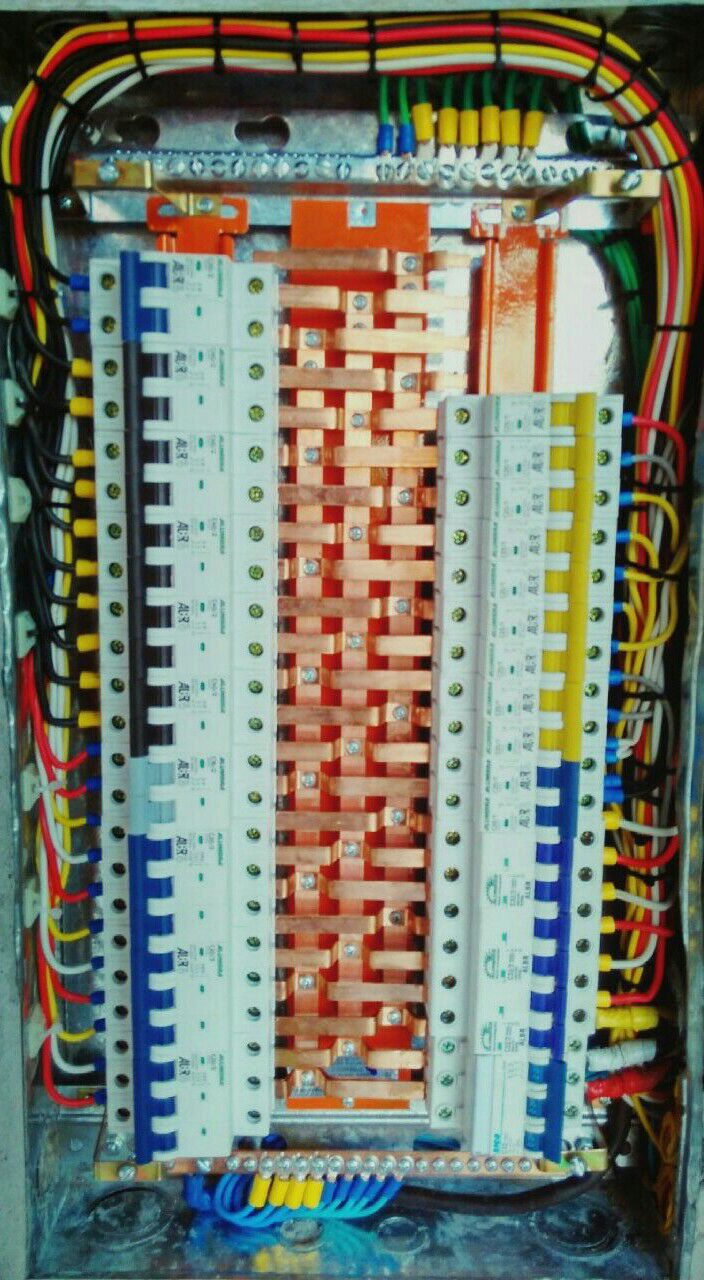 quadro de disjuntores com barramentos