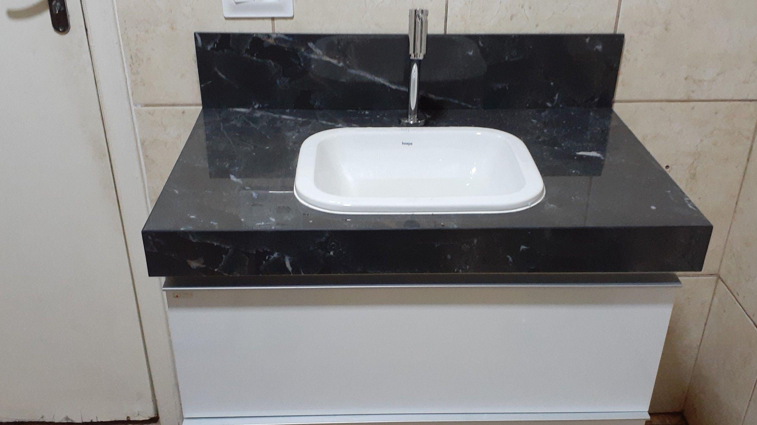 Instalação de gabinetes de banheiros.