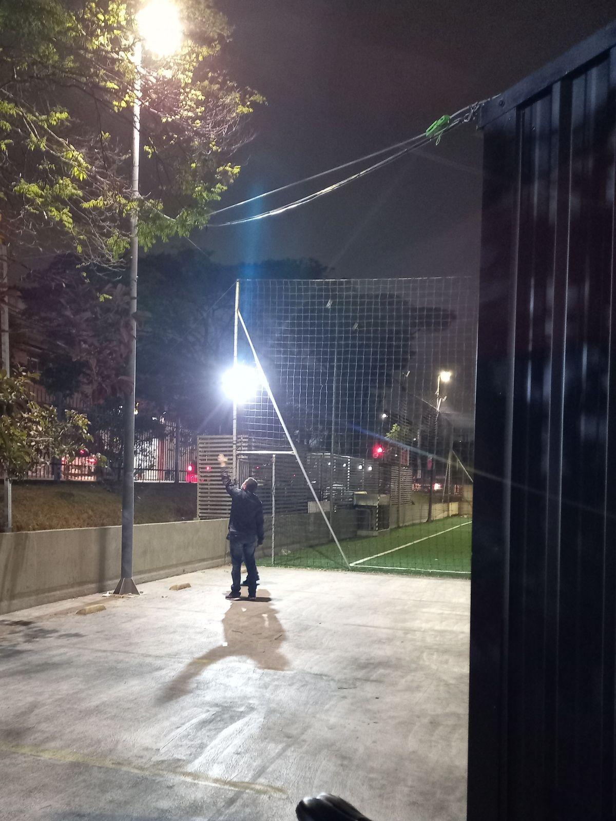 Sistema de iluminação de refletores na Quadra