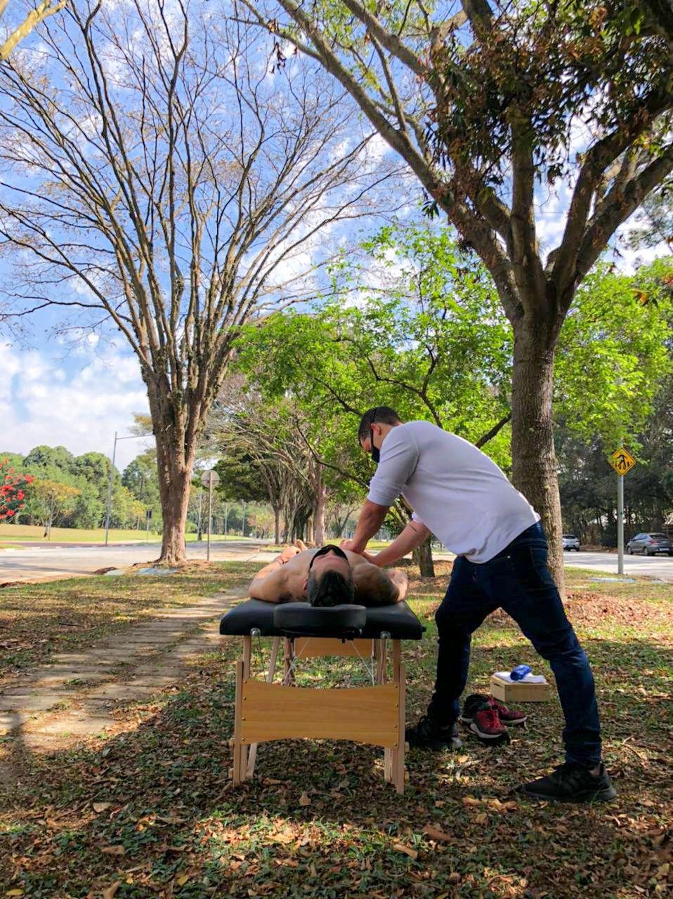 Massagem esportiva em atleta de remo