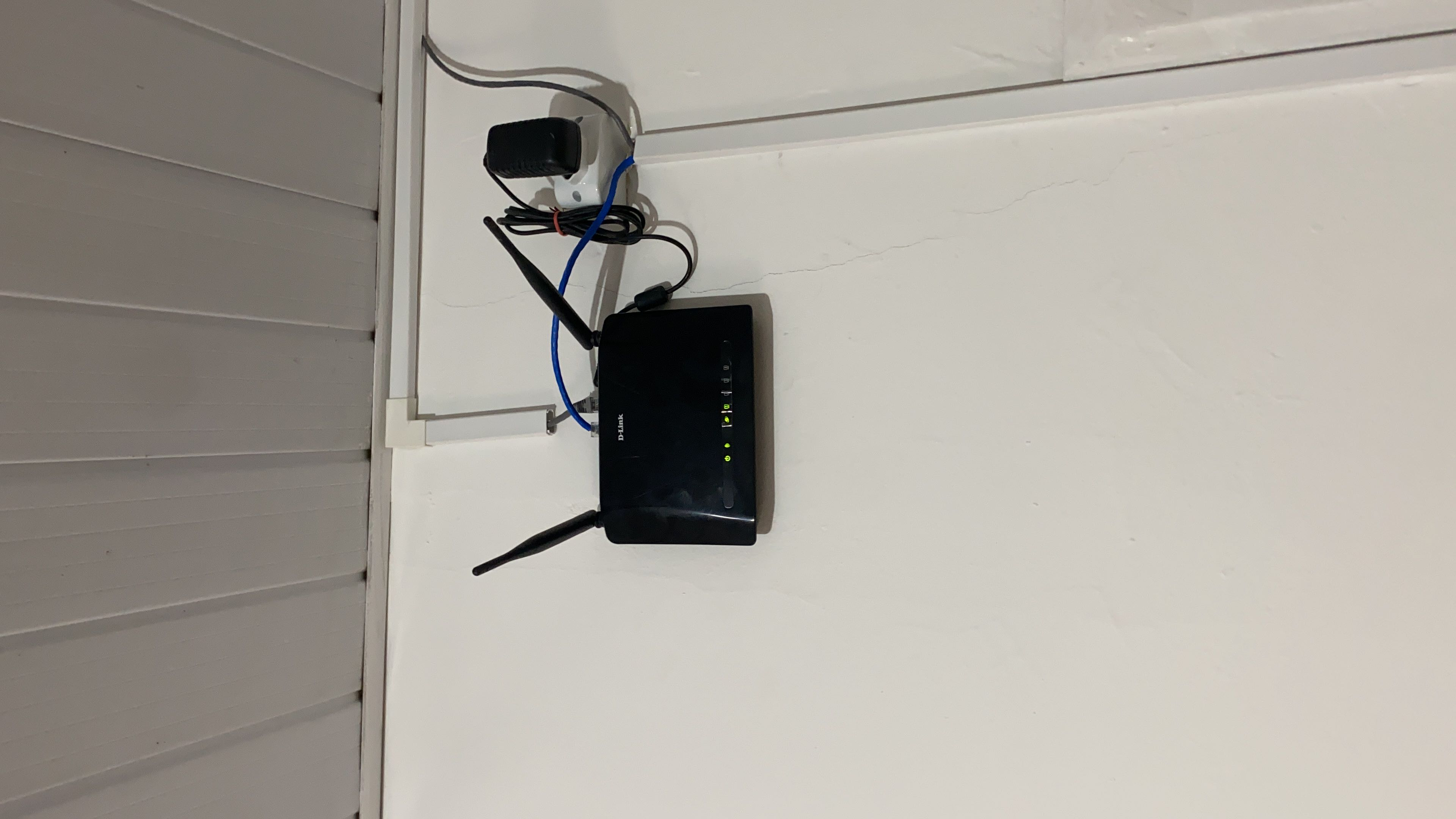 Instalação e configuração de roteador para estender rede Wi-Fi e conectar Smart TV a internet.