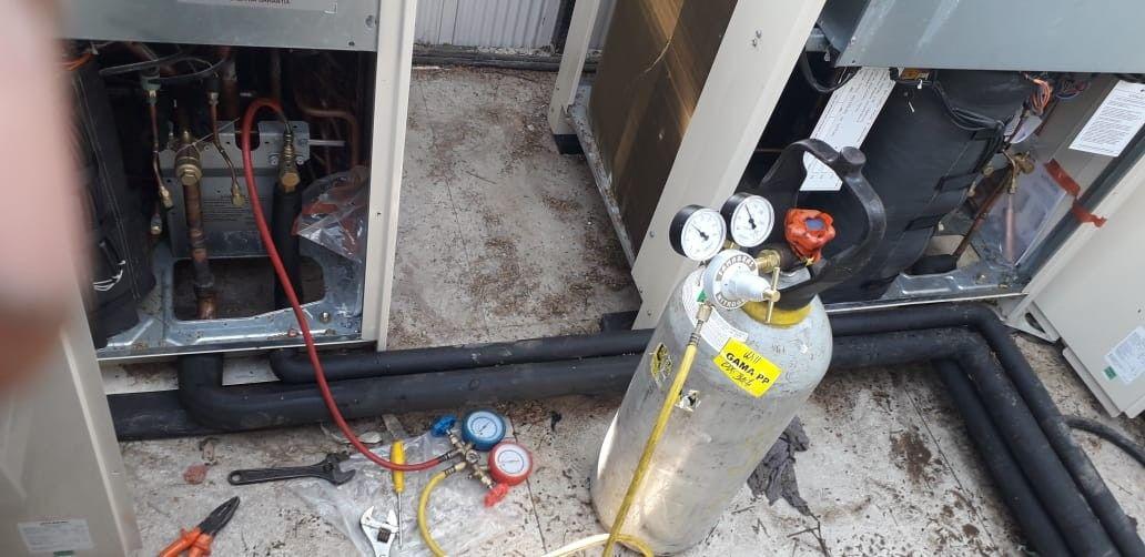 Inserindo gás refrigerante no sistema
