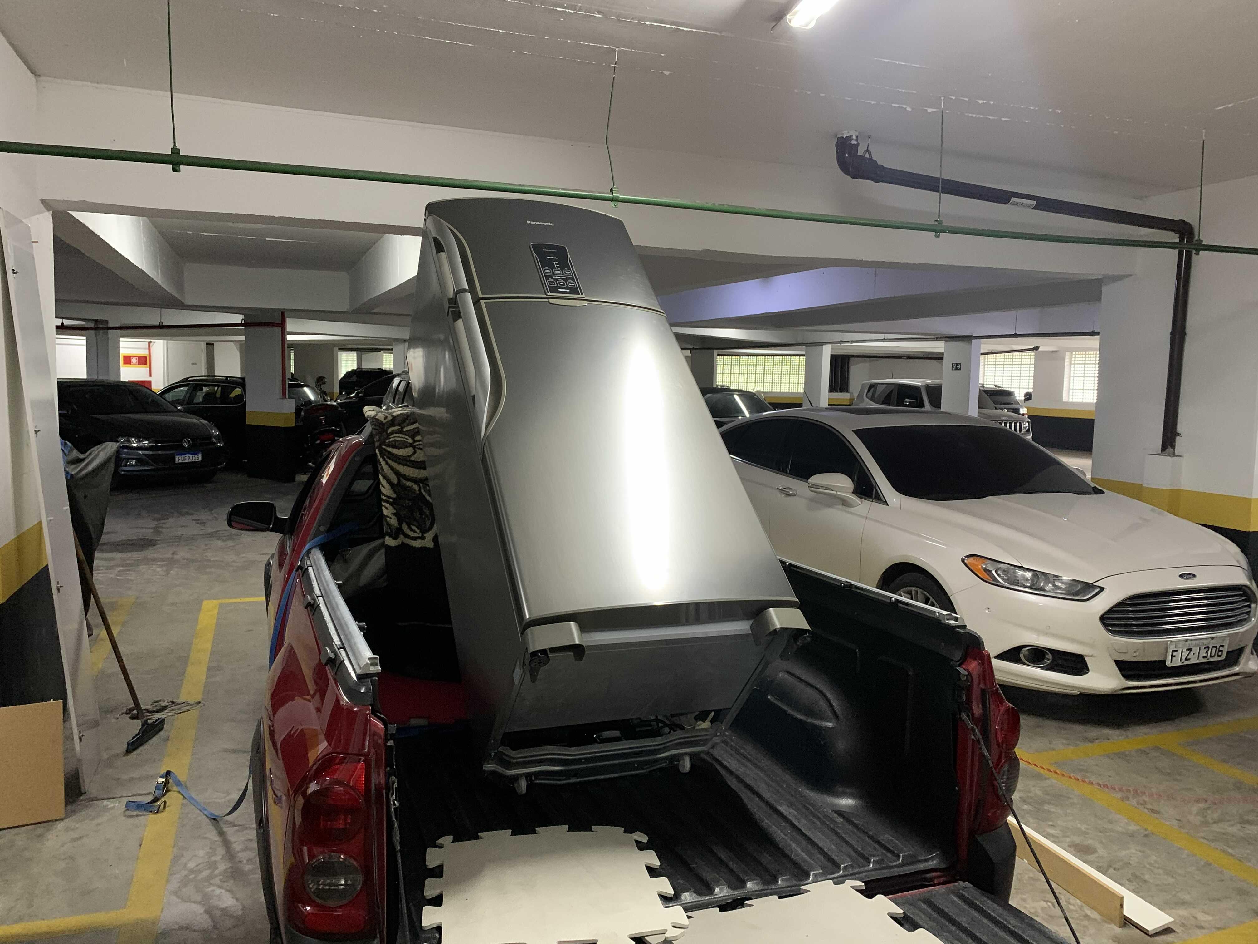 Colocando geladeira para o transporte