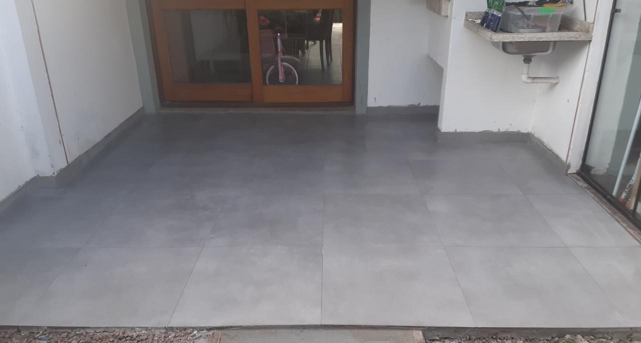 Refeito contra piso e aplicação de piso cerâmico.