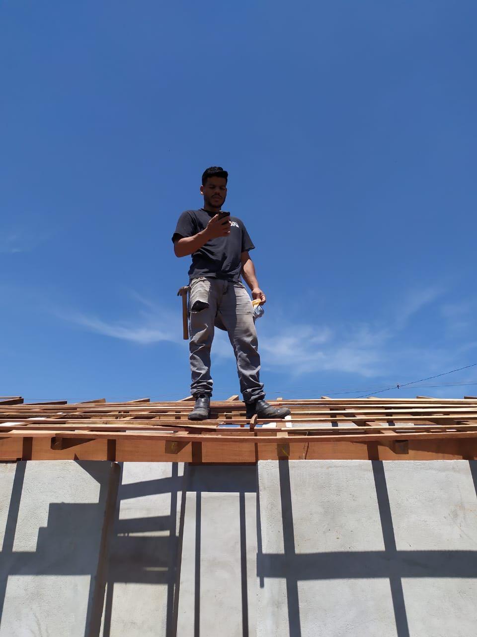 Montagem e finalização do telhado colonial