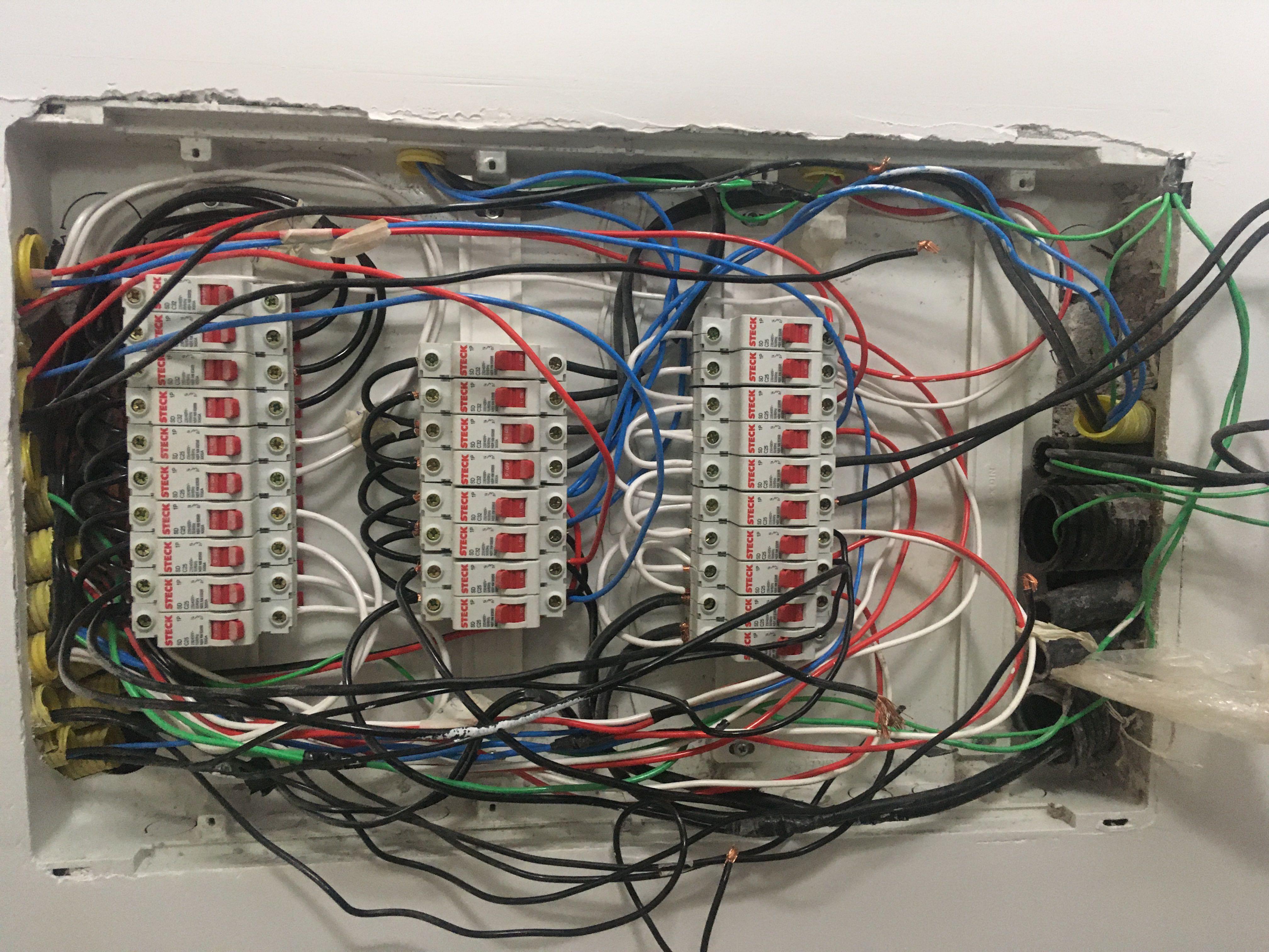 Readequando quadro elétrico (antes)