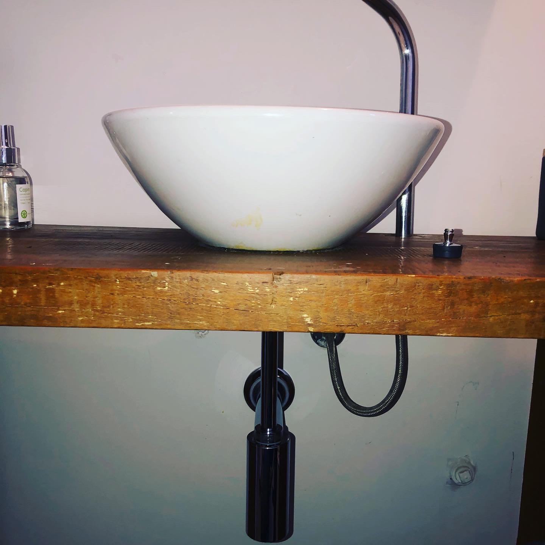 Troca de sifão e ralo da pia de lavatório