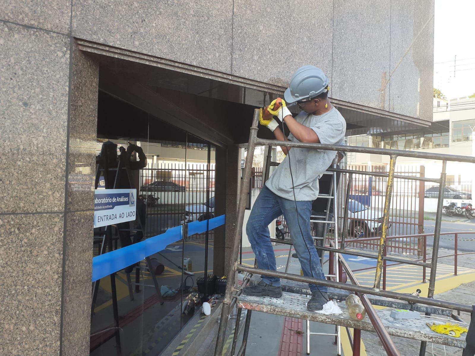 Recuperação de fachada de mármore.