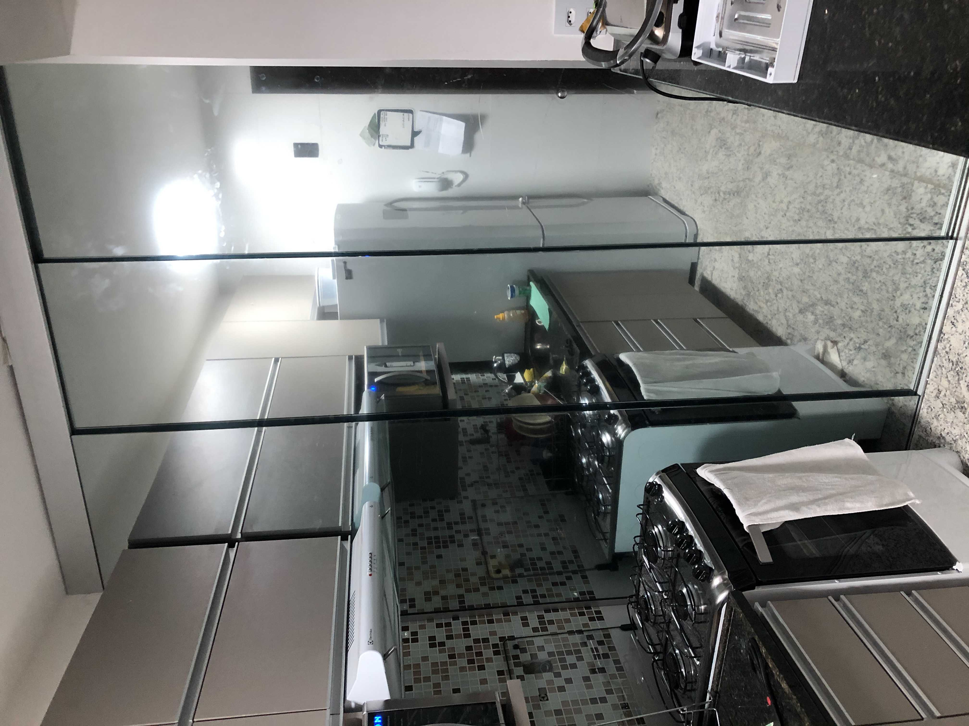 Divisória cozinha/área de serviço em vidro incolor temperado 08mm com película prata refletivo.