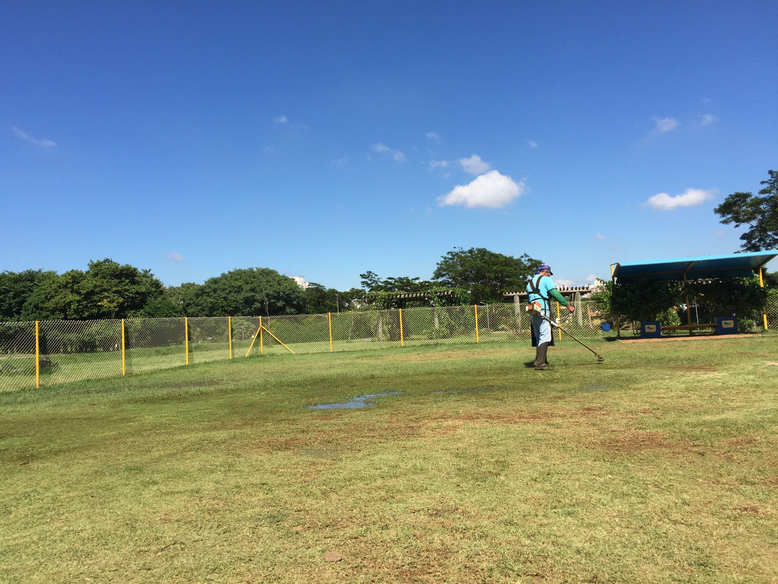 Corte de grama no canil da Petz Parque Vila Lobos