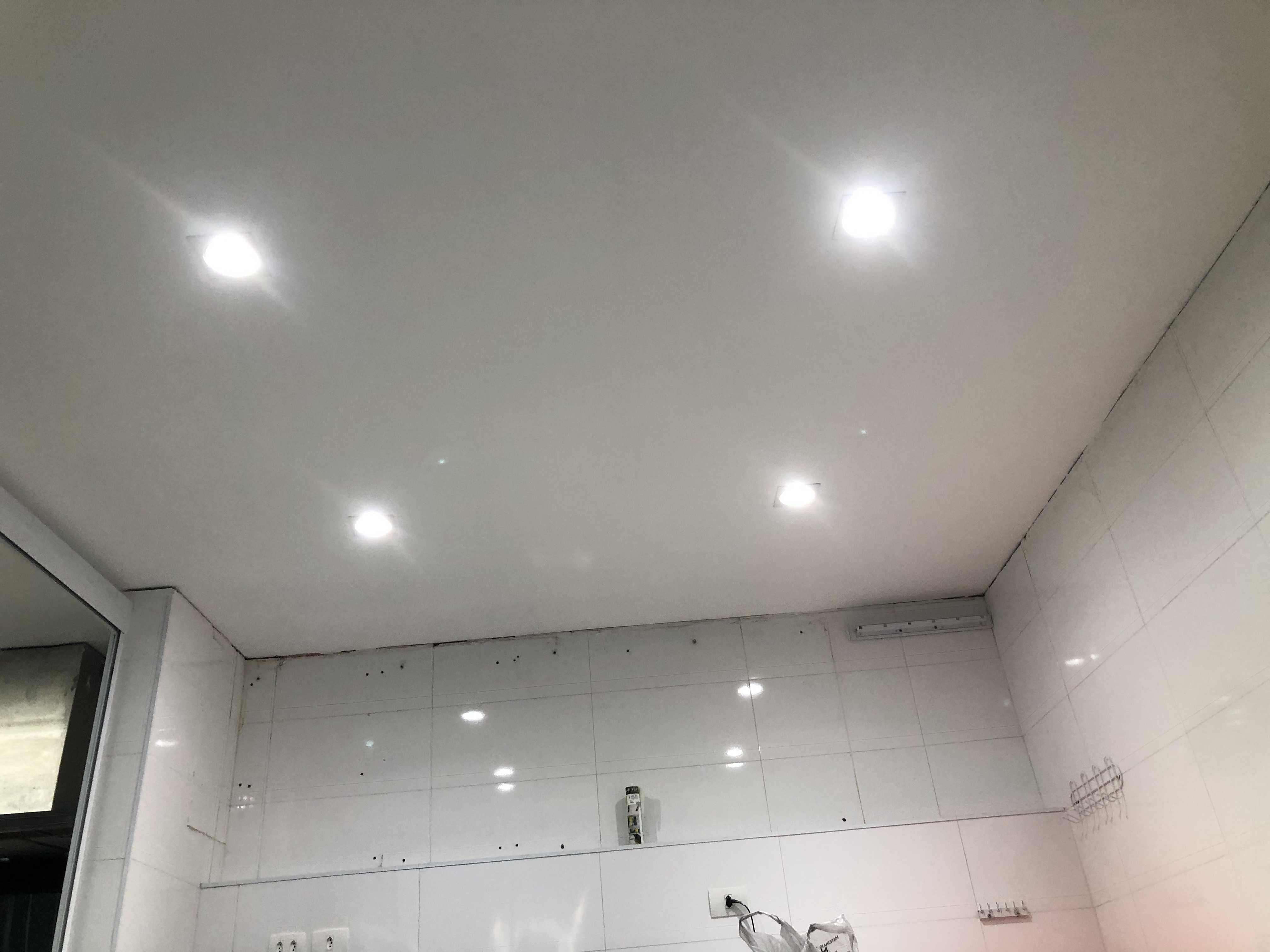 Pintura e colocação de lâmpadas no teto