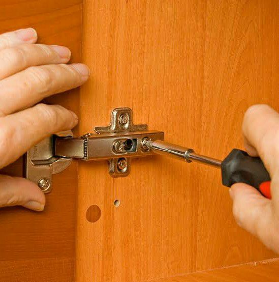 Conserto e regulagem de móveis