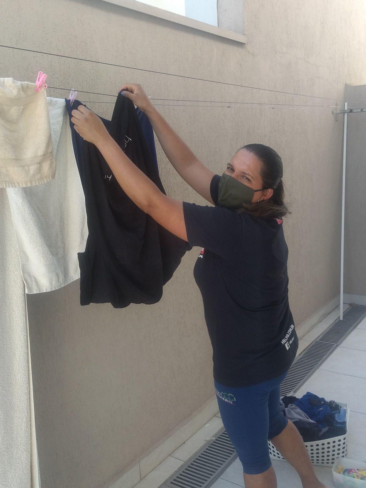 ponhando roupa pra secar