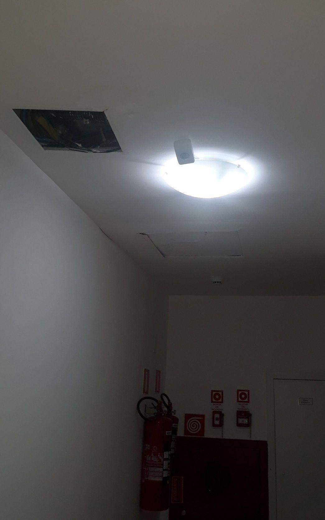 luminárias e sensores de presença.