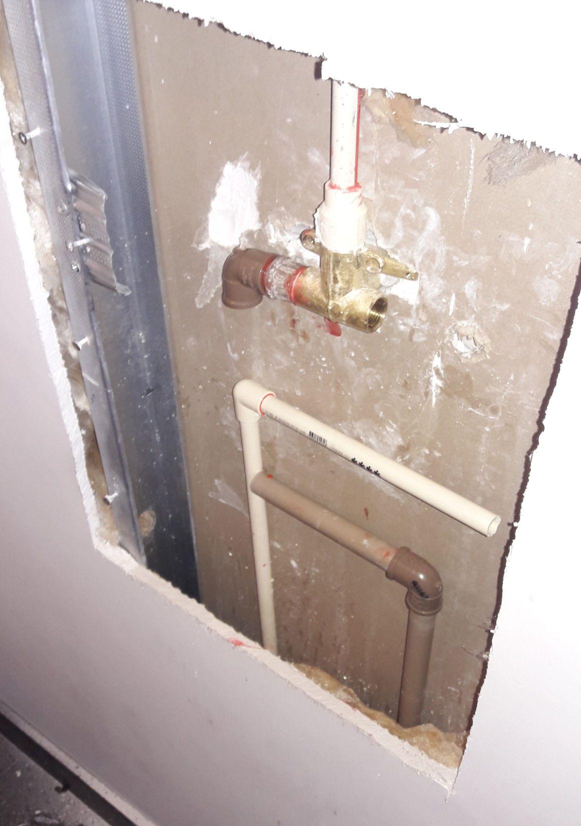 Encanamento do chuveiro foi instalado invertido