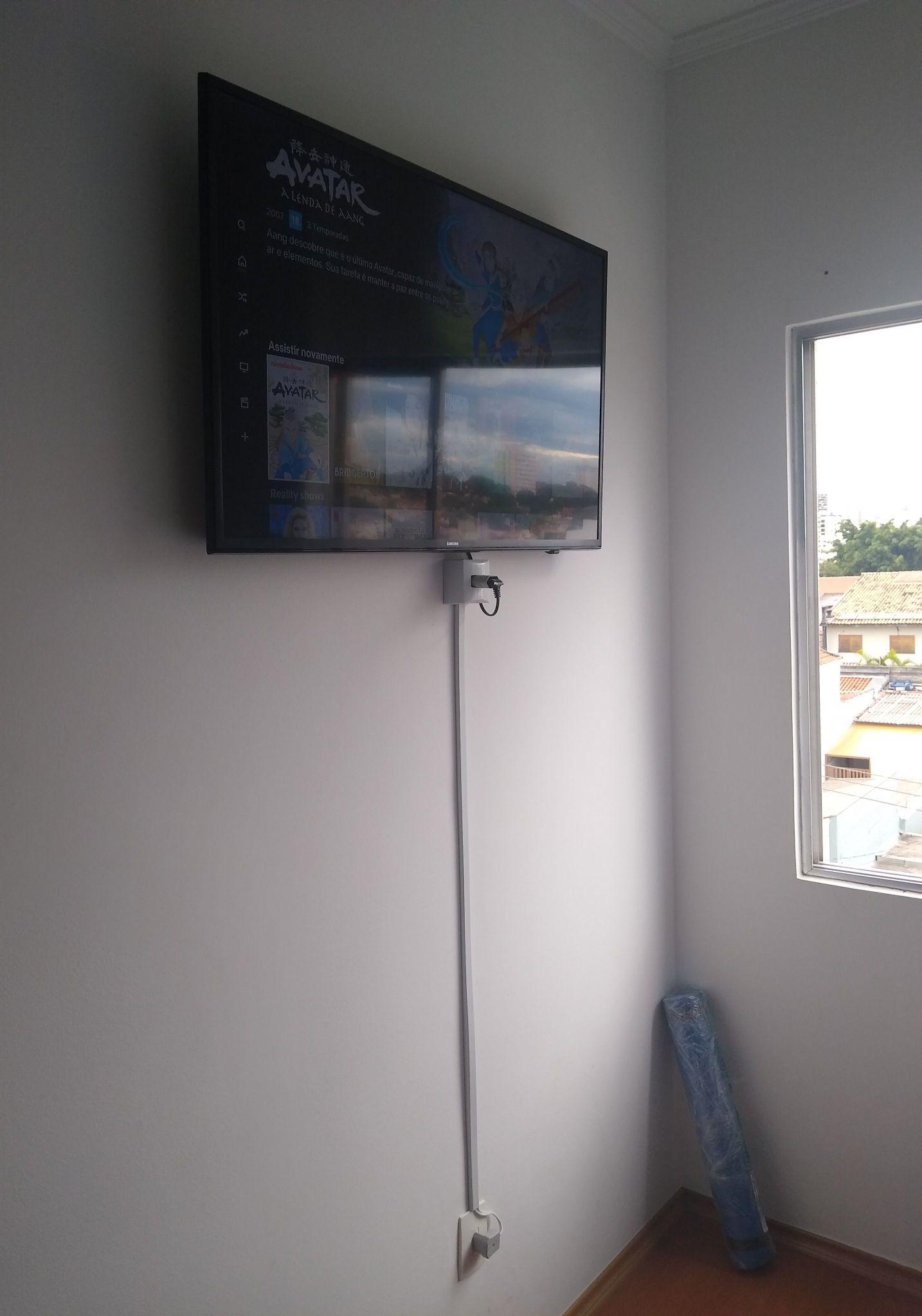 instalação de suporte de TV e extensor de tomada