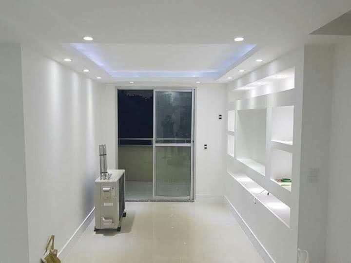 sala com teto e painel decorado em drywall