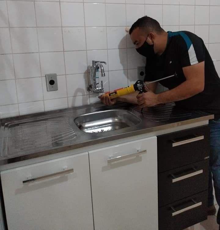 estalação de gabinete e pia com torneira