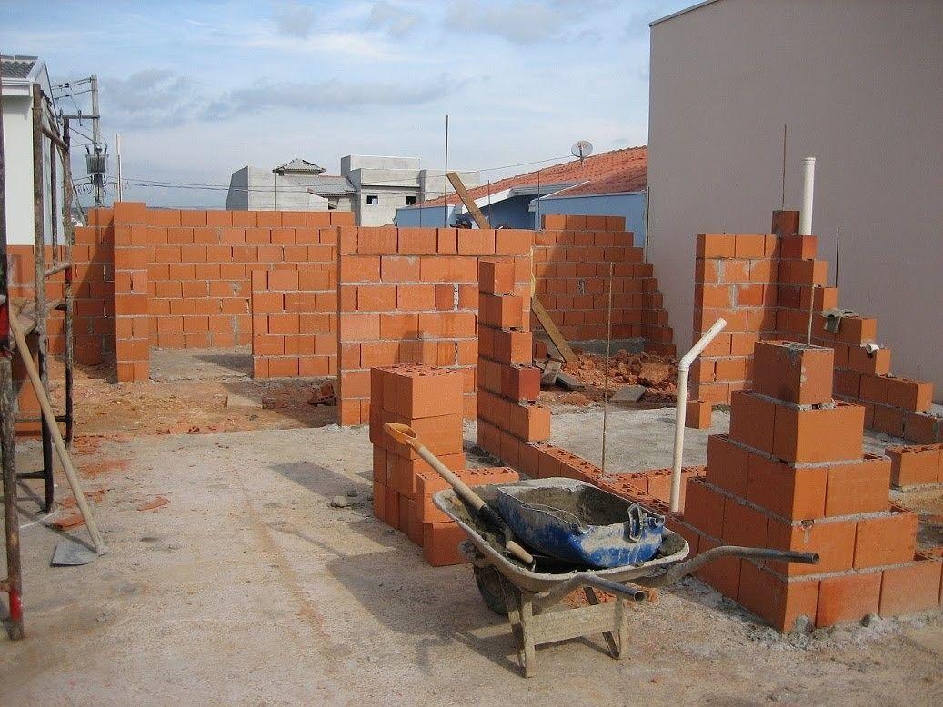 coordenando a construção de paredes.
