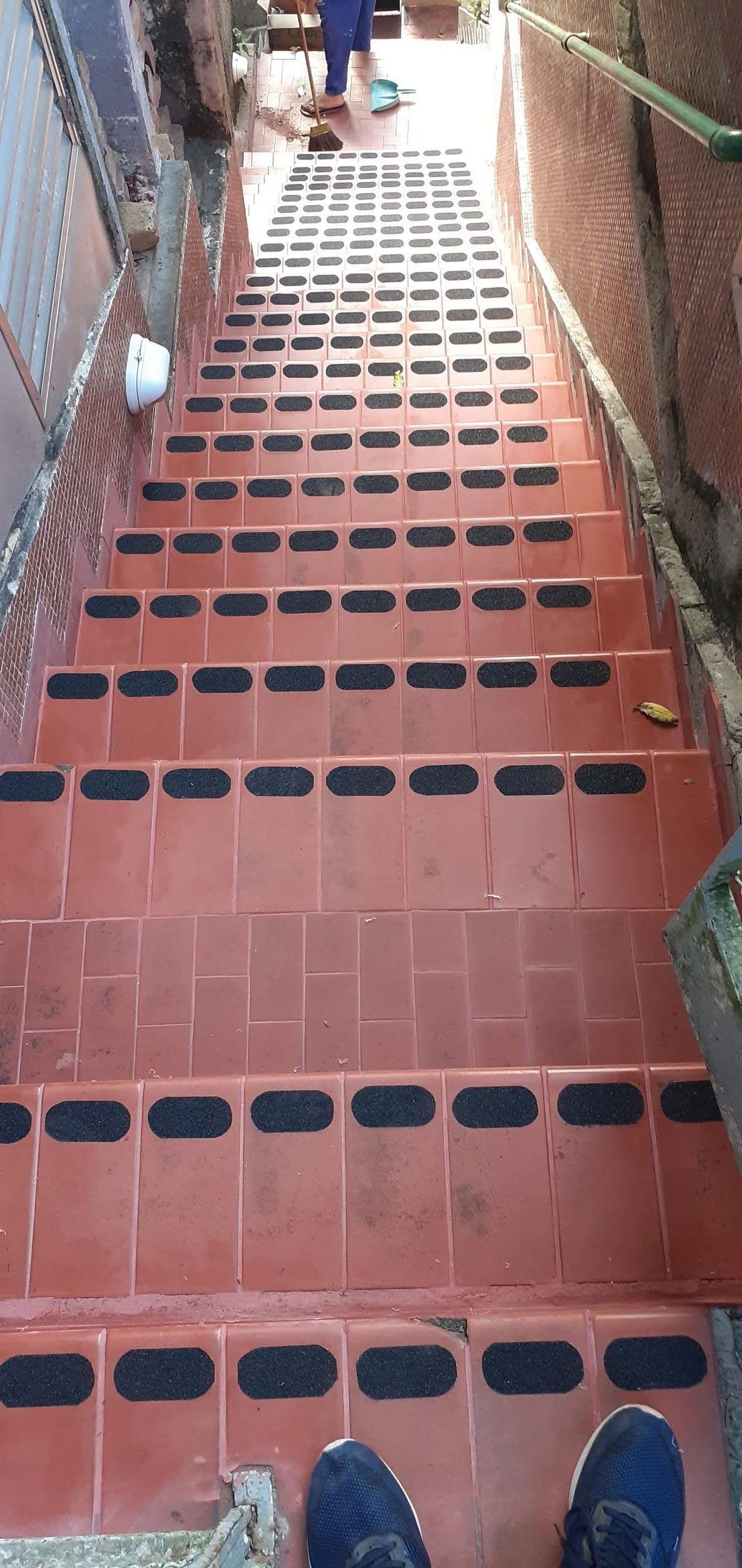 Escada com antiderrapante