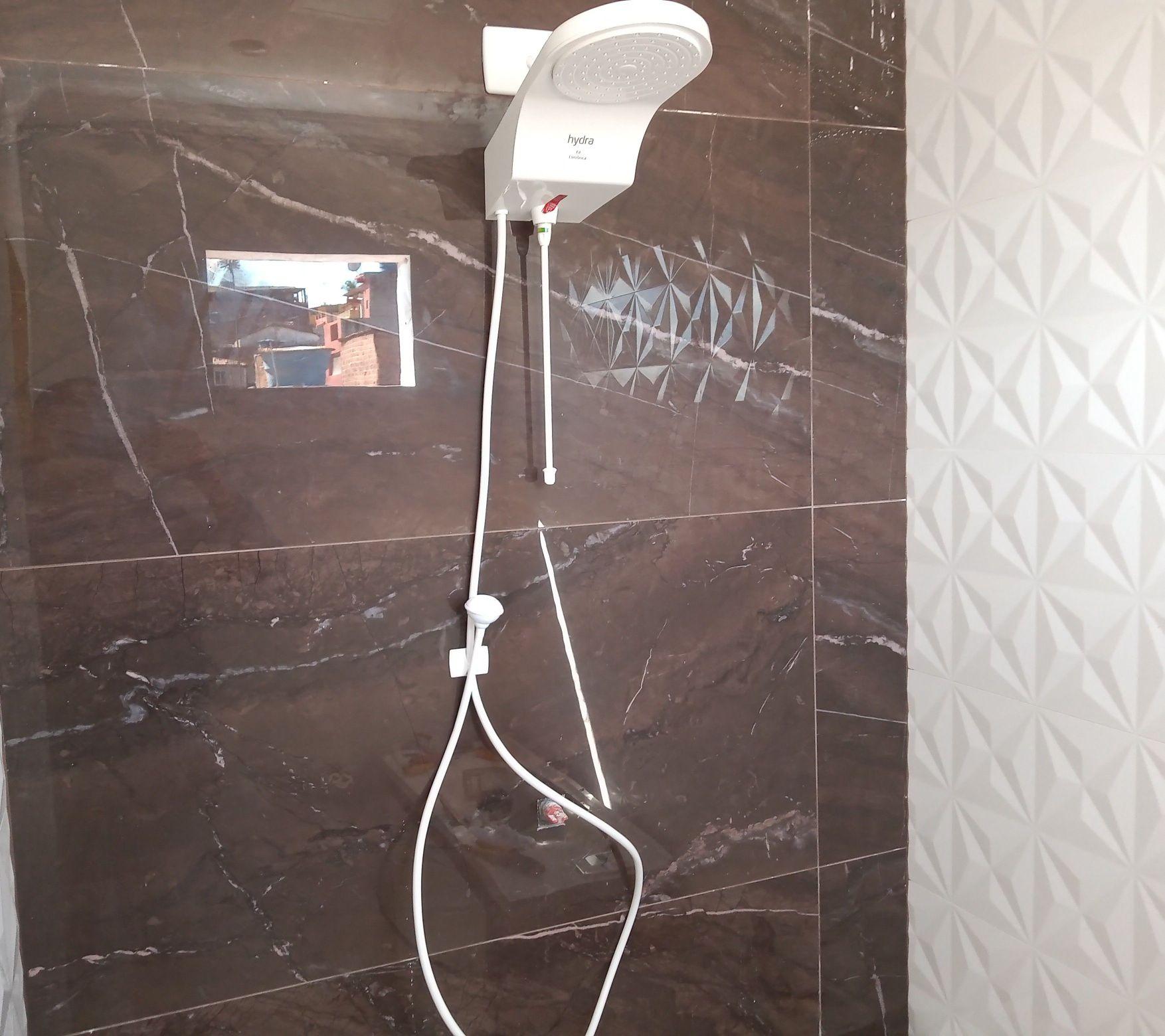 Instalação de chuveiro elétrico.