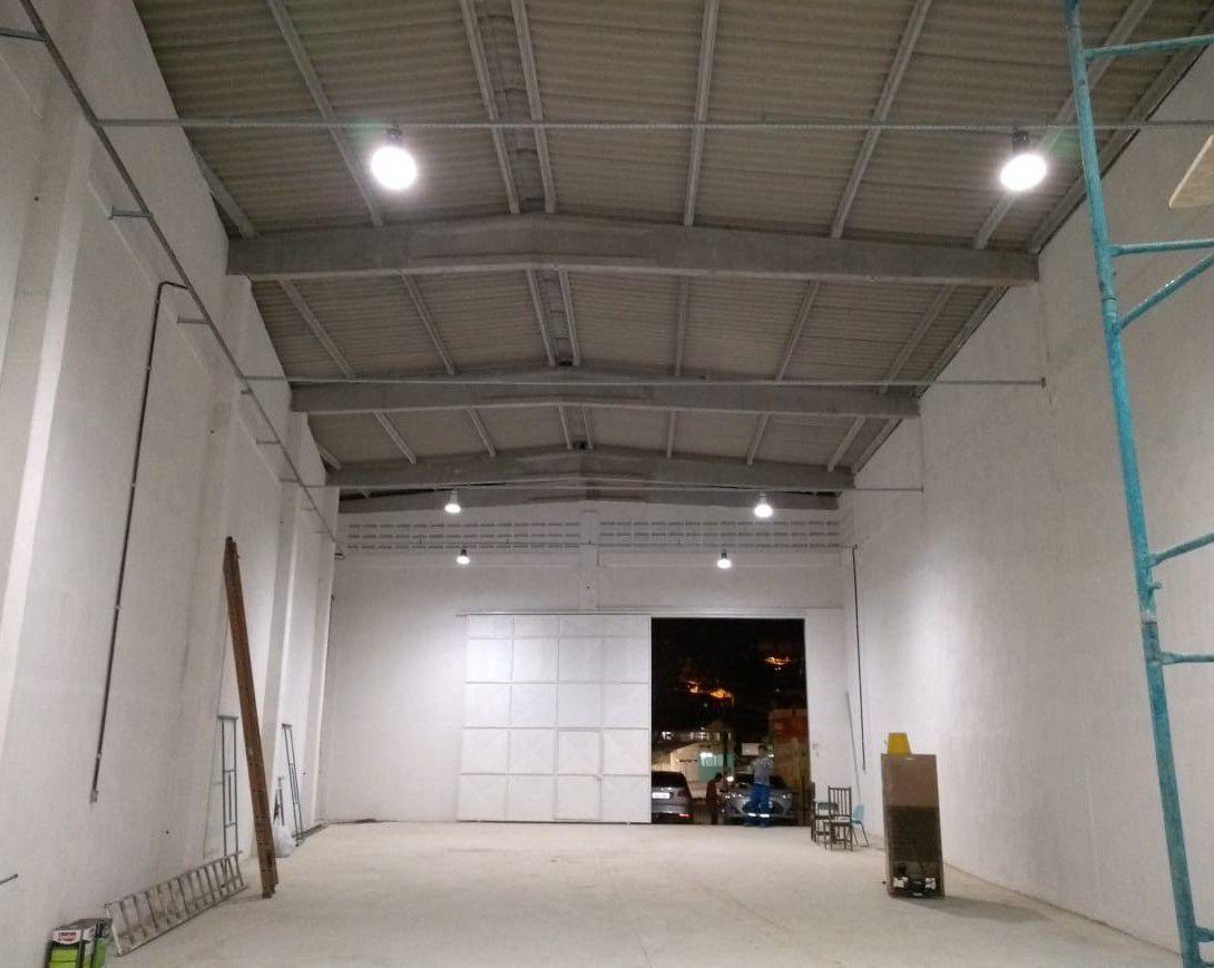 Galpão comercial, instalação de luminárias, tomada