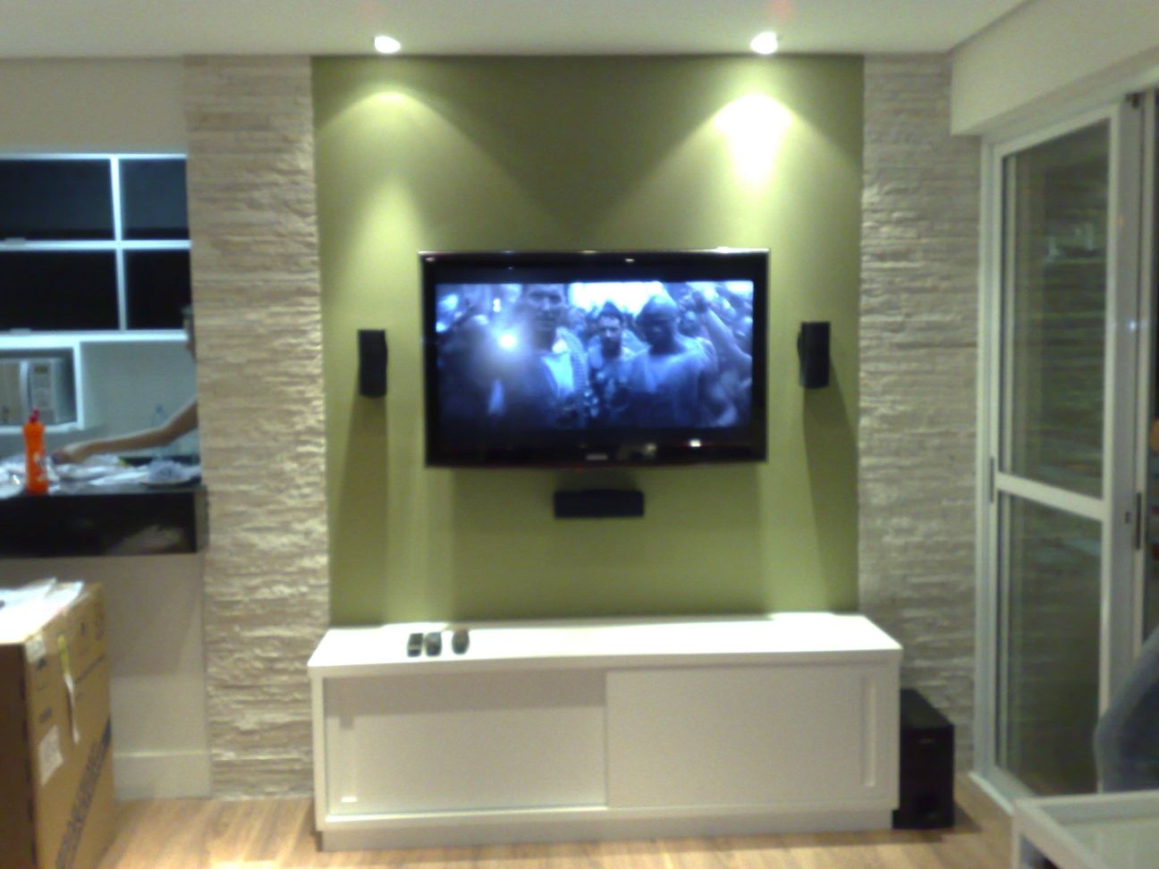 tv instalada com home theater integrado