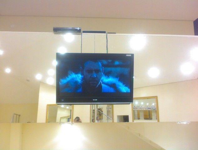 tv instalada com cabo de aço em espelho