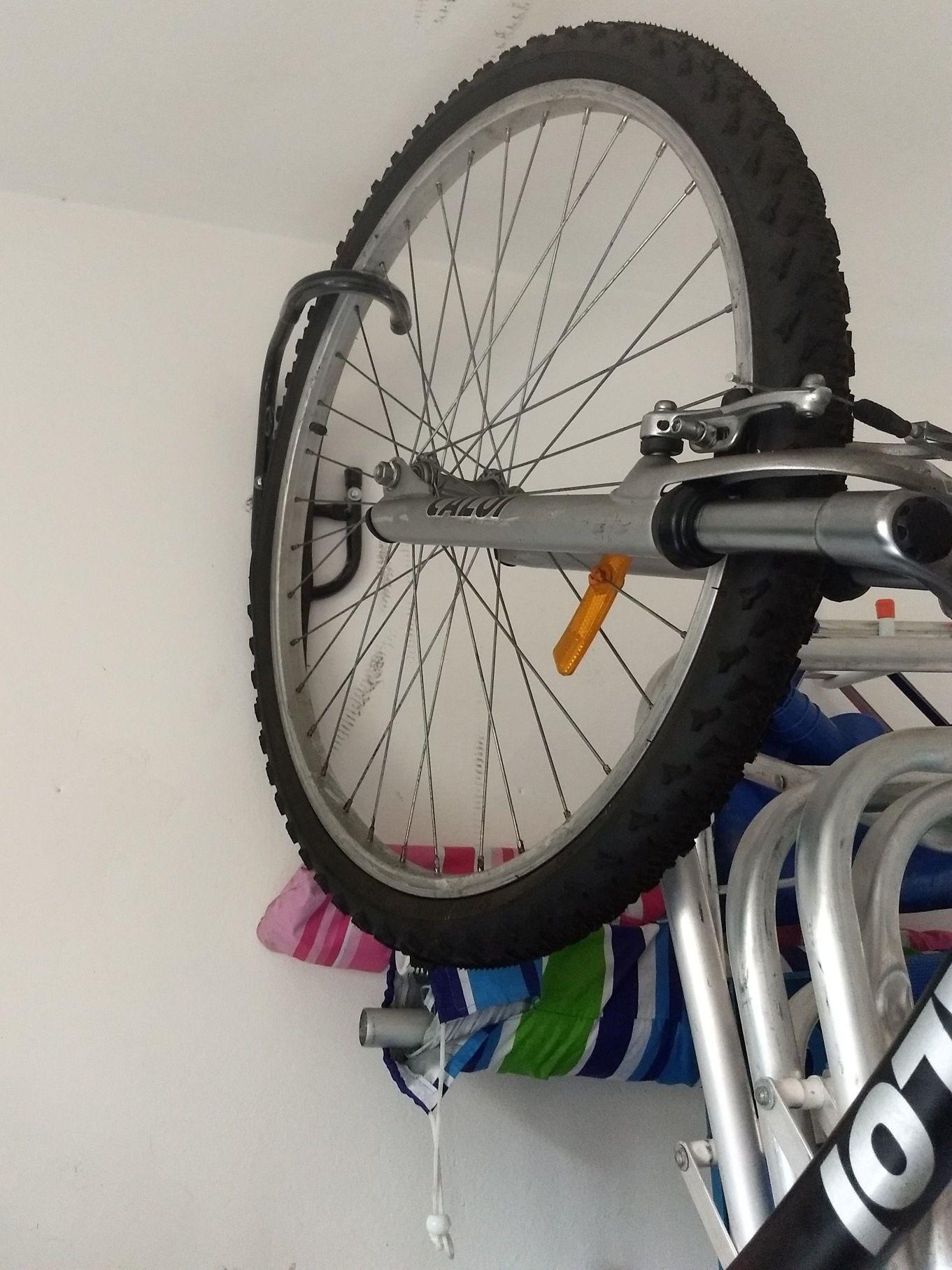 instalação de suporte na parede para bicicleta