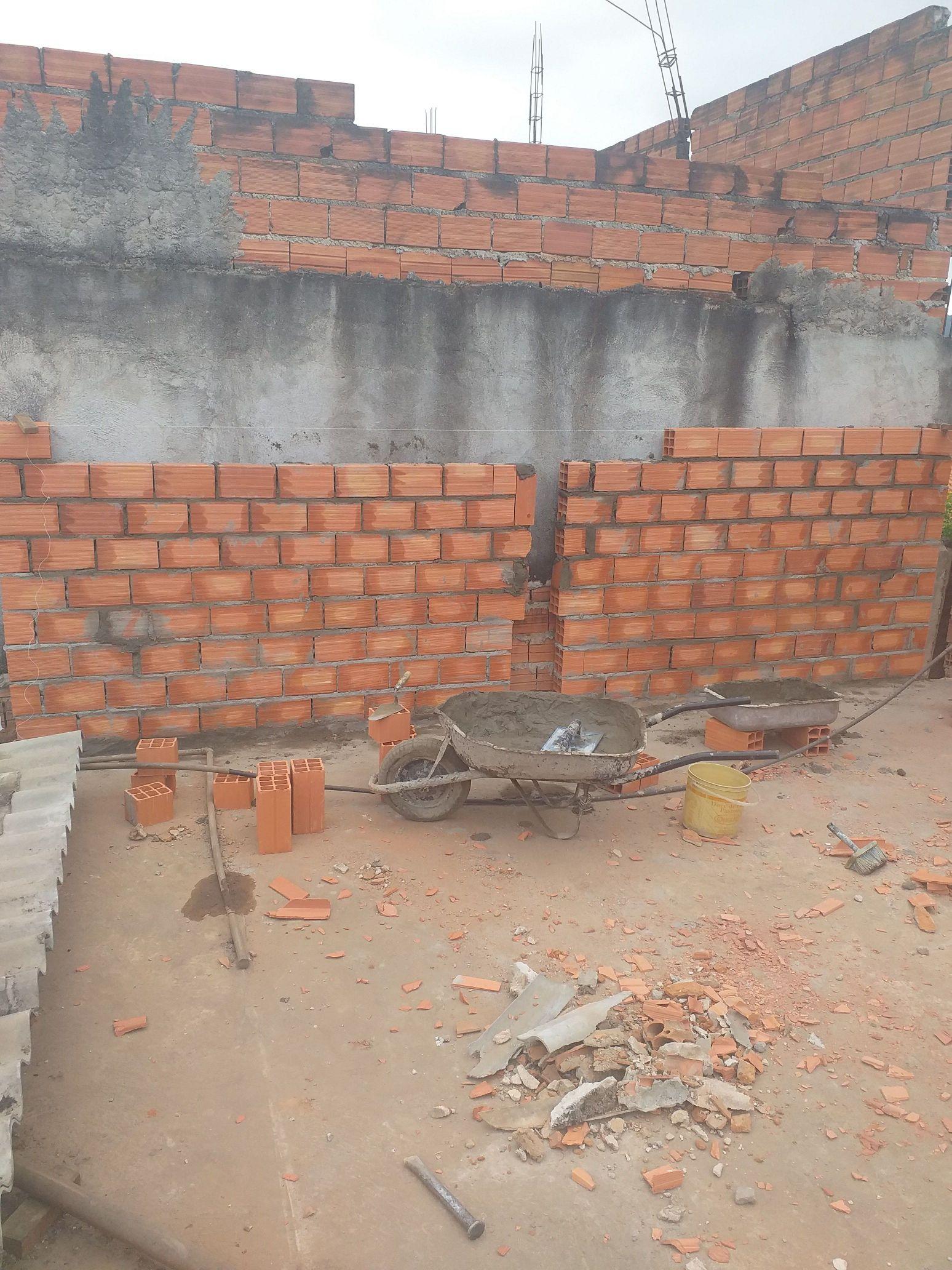 levantamento de parede e construção de cômodos.
