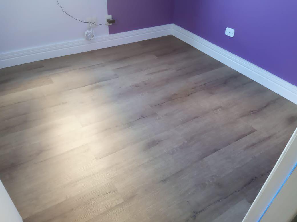 piso vinílico colado 3mm e Rodape de poliestireno