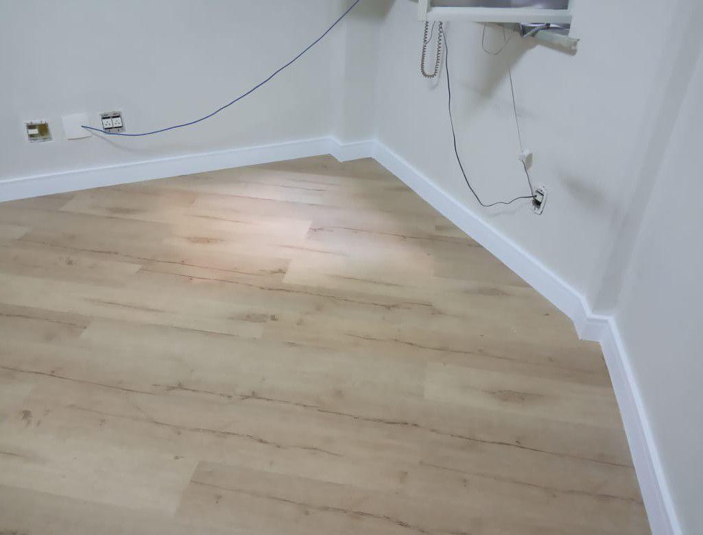 piso vinílico 2mm colado e rodapé 15cm de poliest
