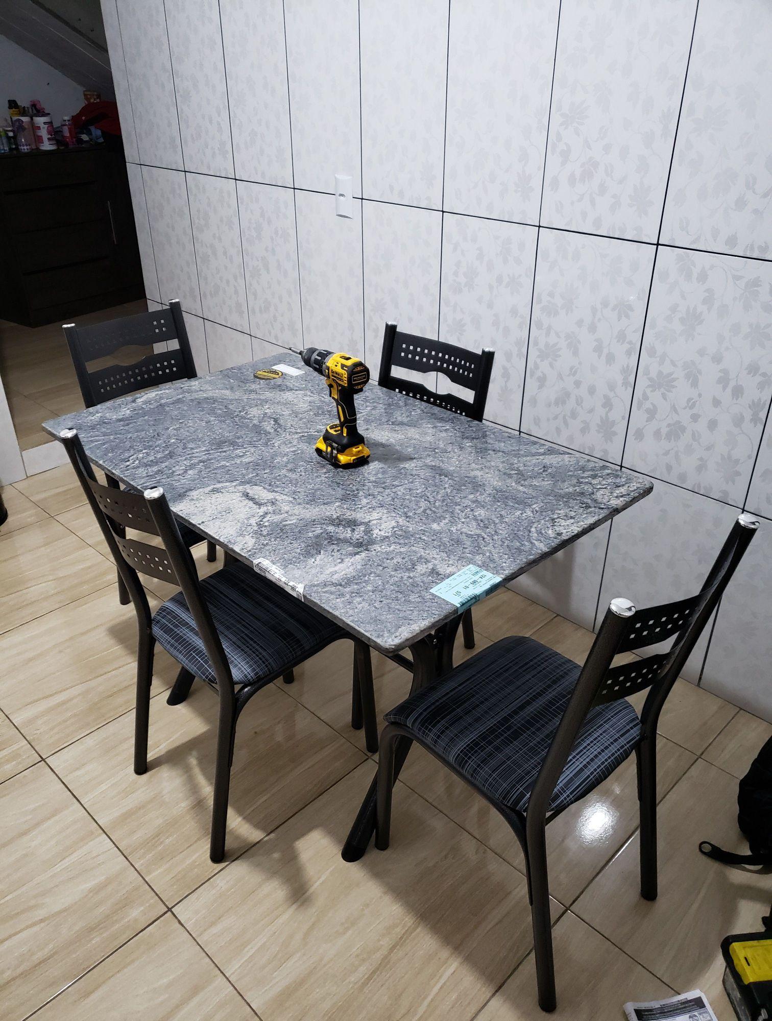 montagem de uma mesa com 4 cadeiras