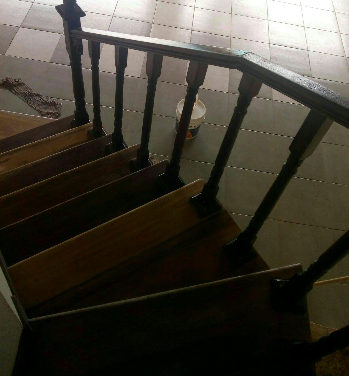 escadas de ipê  aplicação de verniz sinteco