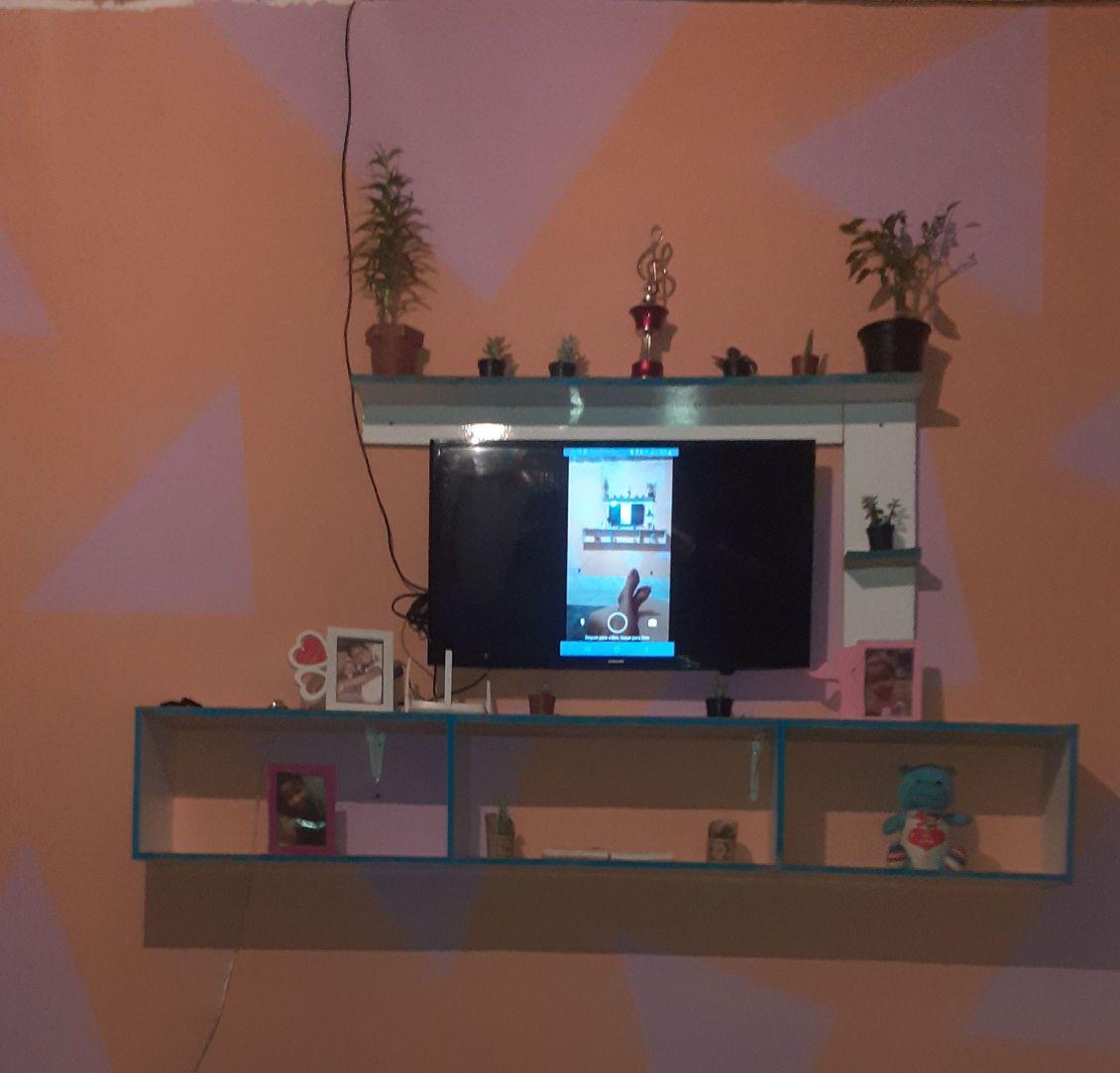 estante e pintura da parede