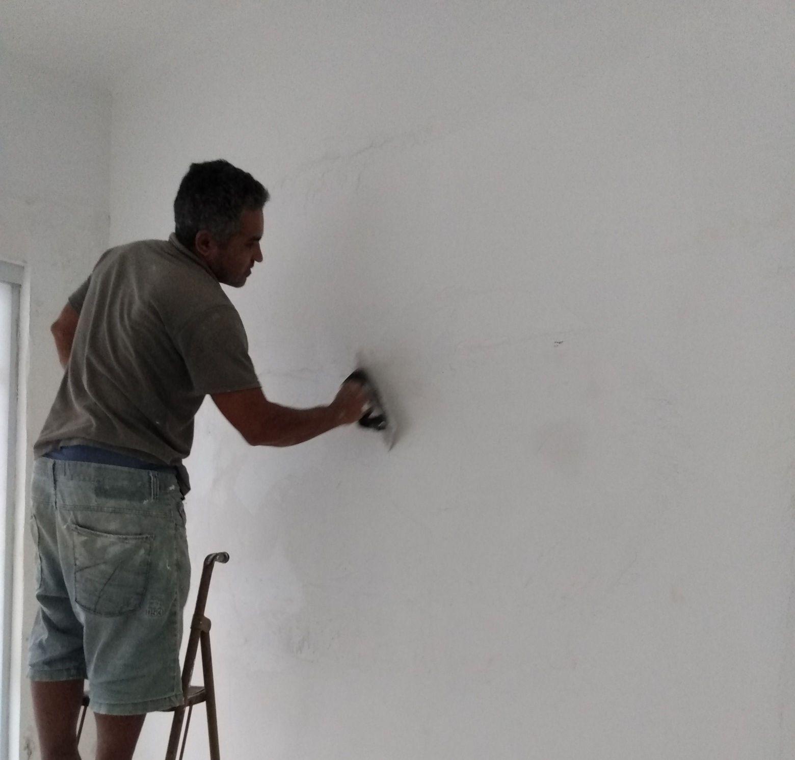 Preparando a parede com massa corrida