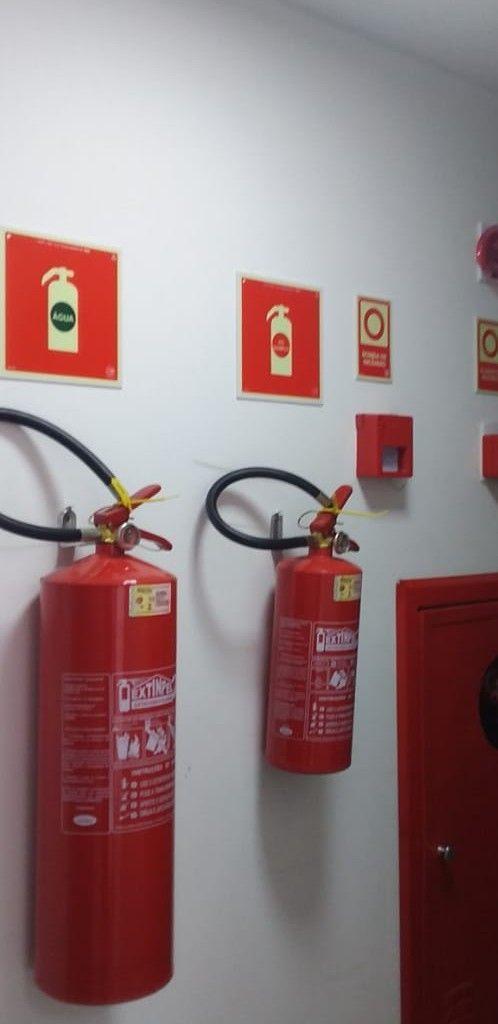 alarme de incêndio, extintores e placas de sinaliz