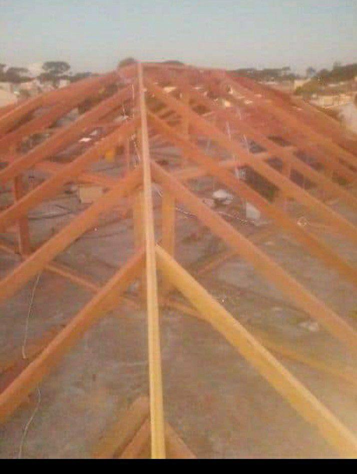 montagem de uma estrutura de 4 águas de madeira