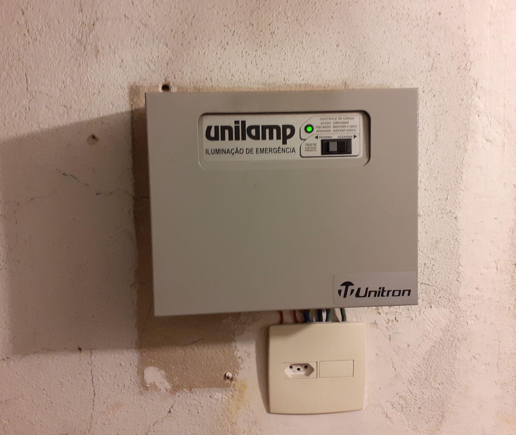 central de iluminação de emergência com a placa qu
